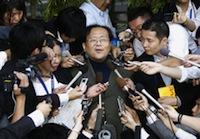 米国から帰国し、記者団の質問に答える森口尚史氏=10月15日、成田空港