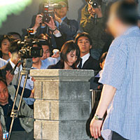 被告の親を取材の報道陣