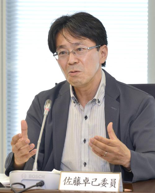 意見を述べる佐藤卓己委員=11日、東京・東新橋の共同通信社