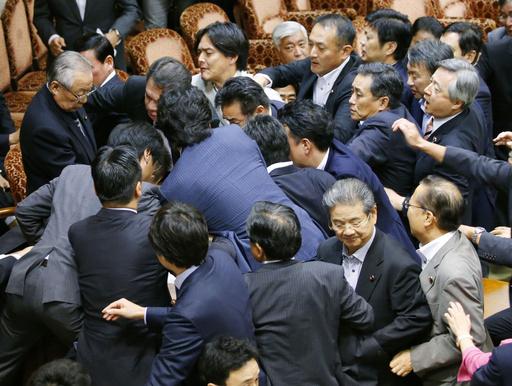 9月、参院平和安全法制特別委で、安保関連法案の採決をめぐり鴻池委員長(左上)に詰め寄る野党議員