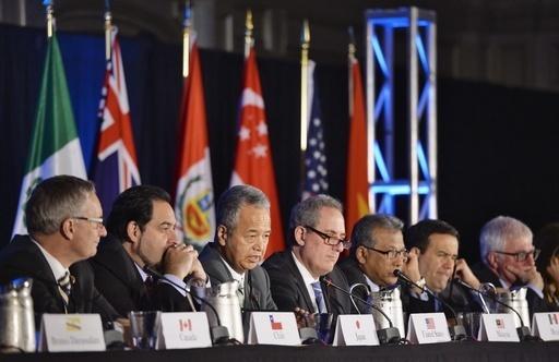10月、TPP交渉が閣僚会合で大筋合意し、共同記者会見する甘利TPP相(左から3人目)ら各国代表=米アトランタ(共同)