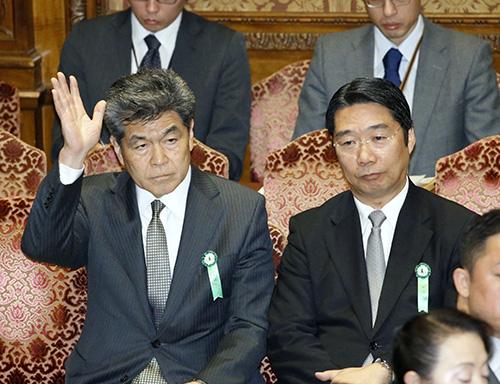衆院予算委に出席し、挙手する文科省人事課OBの嶋貫和男氏。右は前川喜平前事務次官=2月