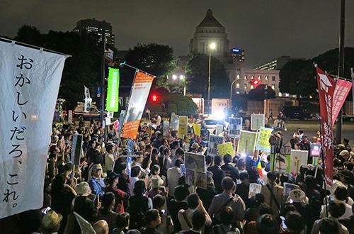 6月、国会前で「共謀罪」法案に抗議する大勢の人たち