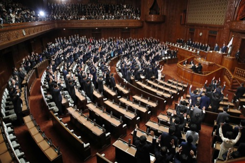 9月、野党が欠席する中、解散した衆議院