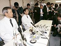 記者会見する麻野井院長