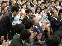 首相に拍手を送る小沢氏(民主党代表選)