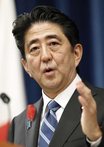 記者会見で来年4月から消費税を8%へ引き上げることを表明する安倍首相=10月1日、首相官邸