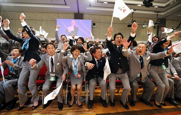 2020年五輪の開催都市が東京に決まり、喜ぶ安倍首相(右から3人目)、猪瀬直樹知事(同4人目)ら=9月、ブエノスアイレス