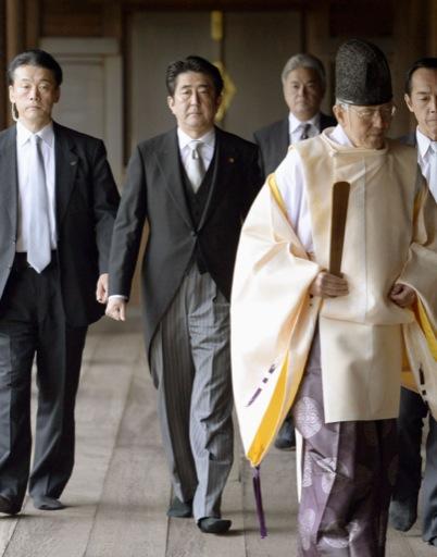 靖国神社を参拝した安倍首相=2013年12月、東京・九段北