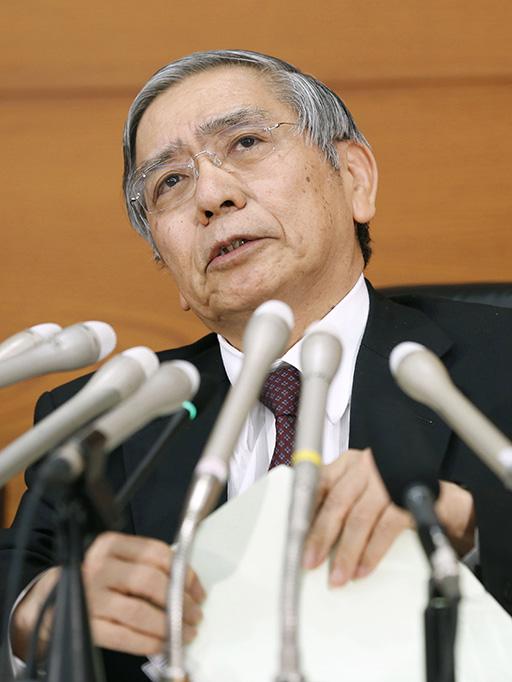 1月、金融政策決定会合後に記者会見する日銀の黒田総裁=日銀本店