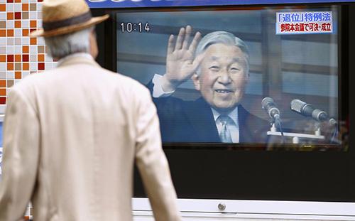 6月、天皇陛下の退位を実現する特例法の成立を伝える街頭テレビ=東京・有楽町