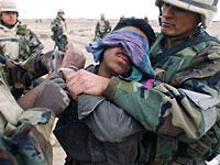 目隠しされたイラク兵
