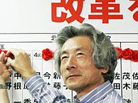 バラを追加する小泉首相